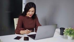 Γυναίκα που χρησιμοποιεί το φορητό προσωπικό υπολογιστή για on-line να ψωνίσει με την πιστωτική κάρτα απόθεμα βίντεο