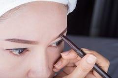 Γυναίκα που χρησιμοποιεί το φρύδι μολυβιών makeup στοκ φωτογραφίες με δικαίωμα ελεύθερης χρήσης