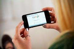 Γυναίκα που χρησιμοποιεί το iPhone 4 της Apple στον ιστοχώρο Google πρόσβασης Στοκ φωτογραφία με δικαίωμα ελεύθερης χρήσης