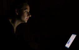 Γυναίκα που χρησιμοποιεί το lap-top αργά τη νύχτα στοκ εικόνα