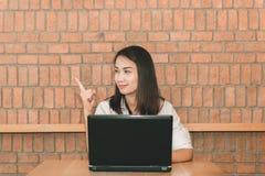 Γυναίκα που χρησιμοποιεί το lap-top στη καφετερία Εργασία και ευτυχής έννοια στοκ φωτογραφίες