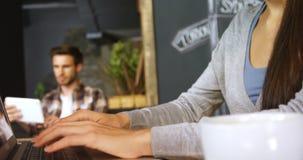 Γυναίκα που χρησιμοποιεί το lap-top στον καφέ 4k φιλμ μικρού μήκους