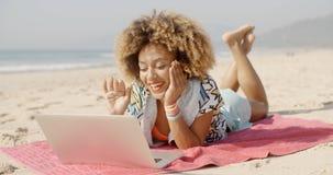 Γυναίκα που χρησιμοποιεί το lap-top της υπαίθριο Στοκ εικόνες με δικαίωμα ελεύθερης χρήσης