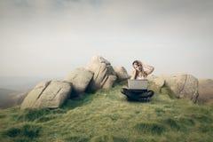 Γυναίκα που χρησιμοποιεί το lap-top της Στοκ Φωτογραφίες