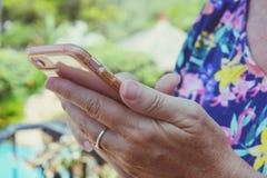 Γυναίκα που χρησιμοποιεί υπαίθρια την οθόνη επαφής smartphone στοκ εικόνα με δικαίωμα ελεύθερης χρήσης