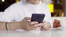 Γυναίκα που χρησιμοποιεί app στο smartphone, που στο κινητό τηλέφωνο Στοκ Εικόνα