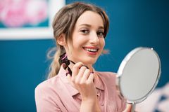 Γυναίκα που χρησιμοποιεί eyelash το ρόλερ στοκ εικόνες