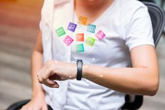Γυναίκα που χρησιμοποιεί Smartwatch στην ικανότητα με την επίπεδη app απεικόνιση εικονιδίων Στοκ Εικόνες