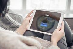 Γυναίκα που χρησιμοποιεί Vimeo app στην ολοκαίνουργια Apple iPad υπέρ Στοκ Φωτογραφία