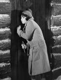 Γυναίκα που χτυπά στην πόρτα καμπινών (όλα τα πρόσωπα που απεικονίζονται δεν ζουν περισσότερο και κανένα κτήμα δεν υπάρχει Εξουσι στοκ φωτογραφία