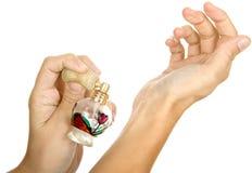 Γυναίκα που ψεκάζει parfume Στοκ εικόνες με δικαίωμα ελεύθερης χρήσης