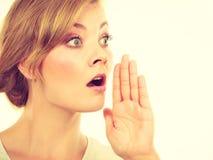 Γυναίκα που ψιθυρίζει με το χέρι κοντά στο στόμα στοκ φωτογραφίες με δικαίωμα ελεύθερης χρήσης