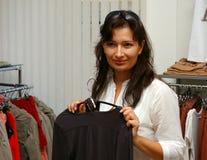 Γυναίκα που ψωνίζει για τα ενδύματα Στοκ φωτογραφίες με δικαίωμα ελεύθερης χρήσης