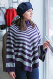 Γυναίκα που ψωνίζει για τα ενδύματα Στοκ φωτογραφία με δικαίωμα ελεύθερης χρήσης