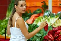 Γυναίκα που ψωνίζει σε μια υπεραγορά στο τμήμα φρούτων και του β Στοκ Φωτογραφία