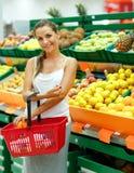 Γυναίκα που ψωνίζει σε μια υπεραγορά στο τμήμα φρούτων και του β Στοκ Φωτογραφίες