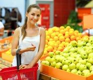 Γυναίκα που ψωνίζει σε μια υπεραγορά στο τμήμα φρούτων και του β Στοκ Εικόνα