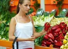 Γυναίκα που ψωνίζει σε μια υπεραγορά στο τμήμα φρούτων και του β Στοκ φωτογραφία με δικαίωμα ελεύθερης χρήσης