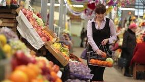 Γυναίκα που ψωνίζει στην αγροτική αγορά απόθεμα βίντεο