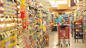 Γυναίκα που ψωνίζει στην υπεραγορά απόθεμα βίντεο