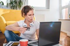 Γυναίκα που ψωνίζει on-line και που χρησιμοποιεί την πιστωτική κάρτα Στοκ Εικόνες