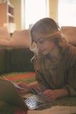 Γυναίκα που ψωνίζει on-line με την πιστωτική κάρτα της στοκ εικόνες με δικαίωμα ελεύθερης χρήσης
