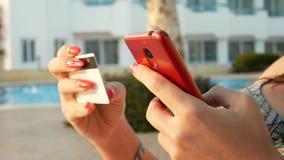 Γυναίκα που ψωνίζει on-line στην κόκκινη κινητή τηλεφωνική εκμετάλλευση πιστωτική κάρτα απόθεμα βίντεο