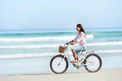 Γυναίκα ποδηλάτων παραλιών Στοκ φωτογραφία με δικαίωμα ελεύθερης χρήσης