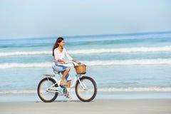 Γυναίκα ποδηλάτων παραλιών Στοκ εικόνα με δικαίωμα ελεύθερης χρήσης
