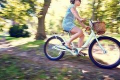 Γυναίκα ποδηλάτων στοκ φωτογραφία με δικαίωμα ελεύθερης χρήσης