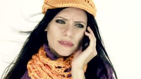 Γυναίκα πολύη στο τηλέφωνο το χειμώνα απόθεμα βίντεο