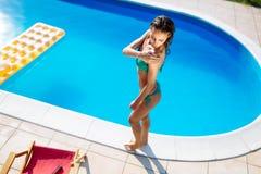 Γυναίκα προσεκτική για να μην πάρει το ηλιακό έγκαυμα στοκ φωτογραφία με δικαίωμα ελεύθερης χρήσης