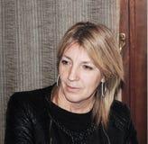 Γυναίκα προσηλωμένη για να ακούσει Σόνια στοκ εικόνες