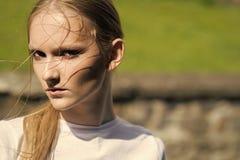Γυναίκα προσοχής Scin με το νέο πρόσωπο δερμάτων, νεολαία Γυναίκα με το μάτι makeup, ομορφιά Το πρότυπο ομορφιάς με τη γοητεία κο στοκ φωτογραφία