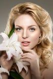 Γυναίκα προσώπου ομορφιάς, λουλούδια, κρίνος Υγιές πρότυπο κοριτσιών στο salo SPA Στοκ Εικόνα
