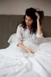 Γυναίκα πρωινού στο κρεβάτι Στοκ Εικόνα