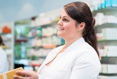 Γυναίκα πωλήσεων στο φαρμακείο ή το φαρμακείο στοκ φωτογραφίες με δικαίωμα ελεύθερης χρήσης