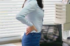 Γυναίκα, πόνος στη χαμηλότερη πλάτη στοκ φωτογραφία με δικαίωμα ελεύθερης χρήσης