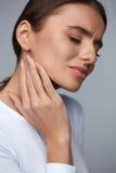 γυναίκα πόνου Όμορφο κορίτσι που αισθάνεται τον πονόδοντο, σαγόνι, πόνος λαιμών Στοκ Εικόνα