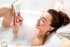 γυναίκα πλύσης σωμάτων στοκ φωτογραφία με δικαίωμα ελεύθερης χρήσης