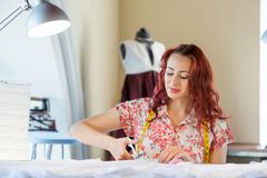 Γυναίκα ραφτών στην εργασία Στοκ Εικόνα