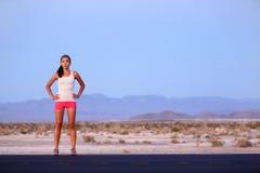 Γυναίκα δρομέων αθλητών που στηρίζεται στο δρόμο μετά από να τρέξει Στοκ φωτογραφίες με δικαίωμα ελεύθερης χρήσης