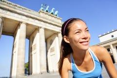 Γυναίκα δρομέων που τρέχει στο Βερολίνο, Γερμανία στοκ φωτογραφία