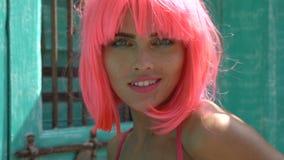 Γυναίκα ρόδινο lingerie και την περούκα απόθεμα βίντεο