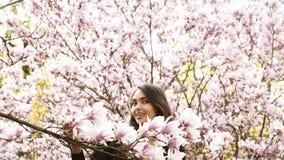 Γυναίκα σε έναν ανθίζοντας κήπο Μόδα, αρώματα καλλυντικών φιλμ μικρού μήκους