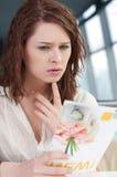 Γυναίκα σε έναν καφέ με τον κατάλογο επιλογής στοκ εικόνες με δικαίωμα ελεύθερης χρήσης