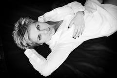 Γυναίκα σε ένα άσπρο πουκάμισο Στοκ Εικόνες