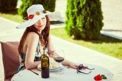 Γυναίκα σε ένα καπέλο που διακοσμείται με τη συρραφή στοκ εικόνες