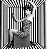 Γυναίκα σε ένα κιβώτιο με τα λωρίδες Στοκ Φωτογραφία