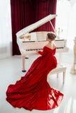 Γυναίκα σε ένα κόκκινο φόρεμα βραδιού στοκ φωτογραφία με δικαίωμα ελεύθερης χρήσης